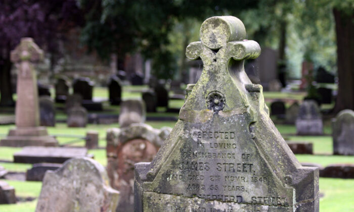 A tomb in the cemetery of Dunfermline, Scotland, on Aug. 9, 2009. (Guillaume Piolle/CC BY 3.0)