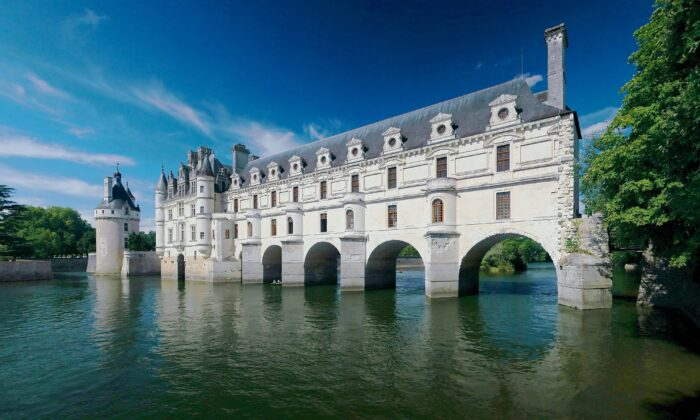 In 1547, the château was given as a gift by King Henry II to his favorite mistress Diane de Poitiers, who commissioned Pacello da Mercoliano to design and build the gardens and entrusted architect Philibert de l'Orme with the task of building a bridge over the Cher River to extend the gardens to the other shore. (Ra-smit/GFDL)