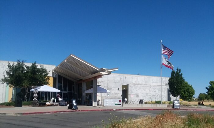 The Valley Hi-North Laguna Library, a branch of the Sacramento Public Library, on June 25, 2021. (Beth Lambert/The Epoch Times)