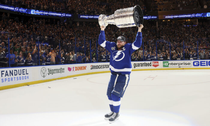 Tampa Bay Lightning's Steven Stamkos hoists the Stanley Cup after the team's 1–0 victory against the Montreal Canadiens in Game 5 of the NHL hockey Stanley Cup Finals in Tampa, Fla., on July 7, 2021. (Bruce Bennett/Pool Photo via AP)