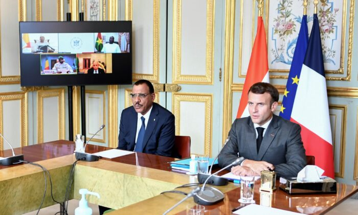 French President Emmanuel Macron (R) and Niger's President Mohamed Bazoum (L) attend a video summit with leaders of G5 Sahel countries after France's decision last month to reduce French anti-terror troops in West Africa, at the Elysee presidential Palace in Paris, France, on July 9, 2021. (Stephane de Sakutin, Pool photo via AP)