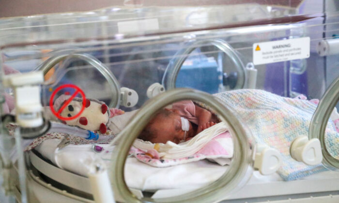 A newborn baby in the maternity ward in a file photo. (Steve Parsons/Pool/Getty Images)