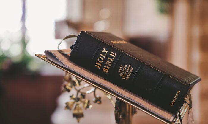 Bible on a podium. (stempow / Pixabay)