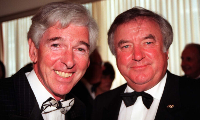 Comedians Tom O'Connor (L) and Jimmy Tarbuck at the Hilton Hotel on Park Lane in London on June 21, 1998. (Paul Treacy/PA)
