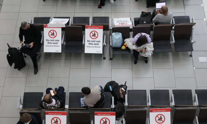 Passengers wait on socially distanced chairs at Heathrow Airport amid the coronavirus disease (COVID19) pandemic in London, Britain, on July 7, 2021. (Kevin Coombs/Reuters)