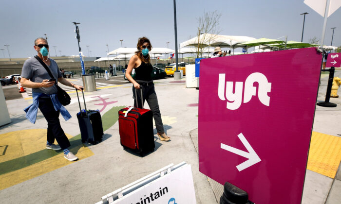 Passengers make their way to the rideshare location at LAX in November 2020. (Al Seib/Los Angeles Times/TNS)