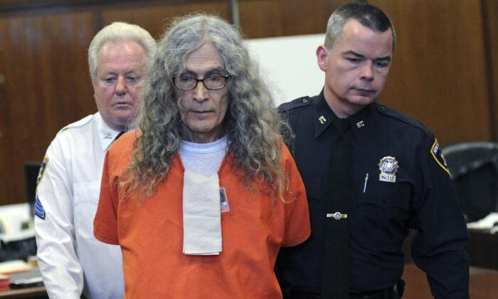 Convicted serial killer Rodney James Alcala appears in court in New York, Jan. 7, 2013. (David Handschuh/AP Photo/Pool)