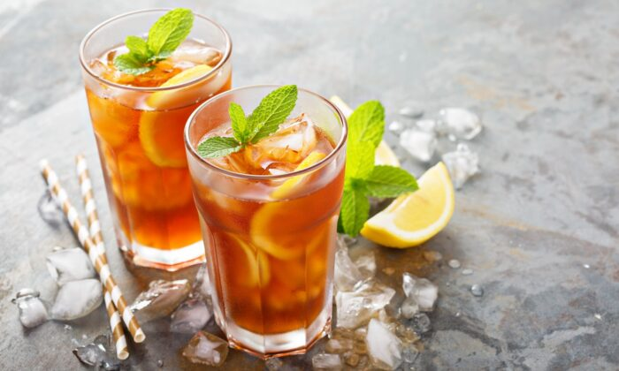 Learn how to make that perfect iced tea yourself with confidence—for just pennies per serving. (Elena Veselova/shutterstock)