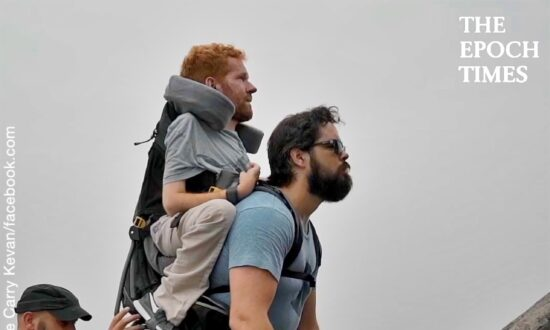 Man Carries His Friend in a Backpack and Conquers the Great Wall