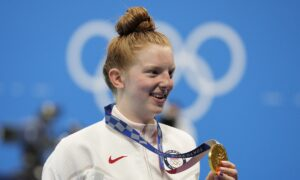 Teenage Swimmer Jacoby Takes 1st US Women's Gold at Tokyo Olympics