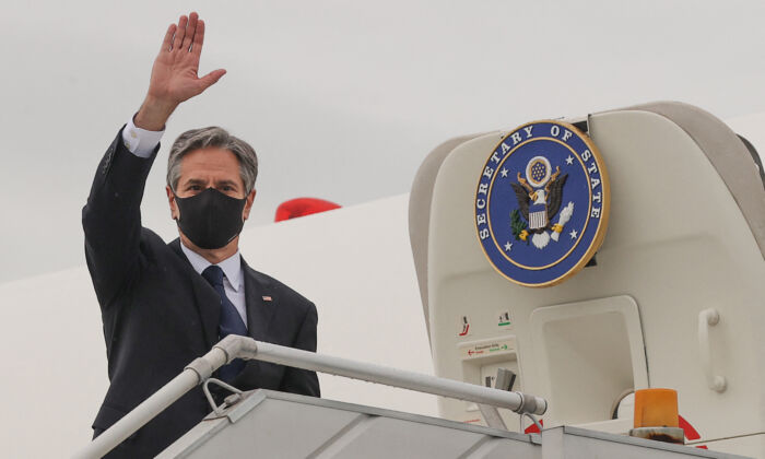 U.S. Secretary of State Antony Blinken boards his plane at New Delhi Palam Airport to depart for Kuwait from New Delhi on July 28, 2021. (Jonathan Ernst / POOL / AFP)