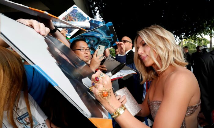 """Cast member Scarlett Johansson signs autographs on the red carpet at the world premiere of the film """"The Avengers: Endgame"""" in Los Angeles, Calif., on April 22, 2019. (Mario Anzuoni/Reuters)"""
