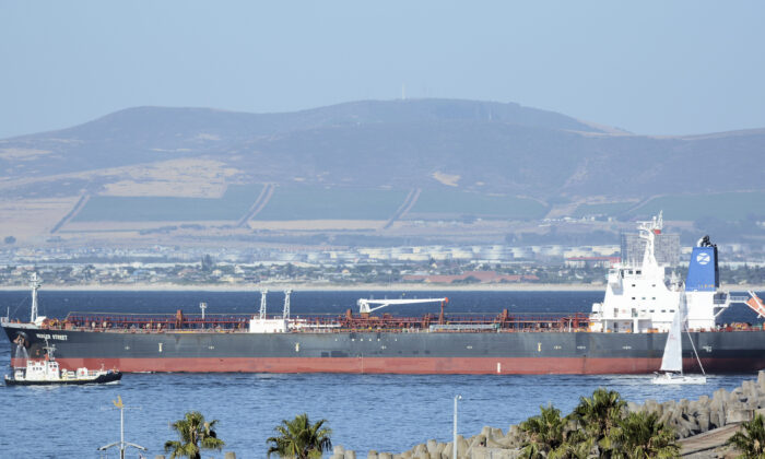 This photo shows the Liberian-flagged oil tanker Mercer Street off Cape Town, South Africa on Jan. 2, 2016  (Johan Victor via AP)