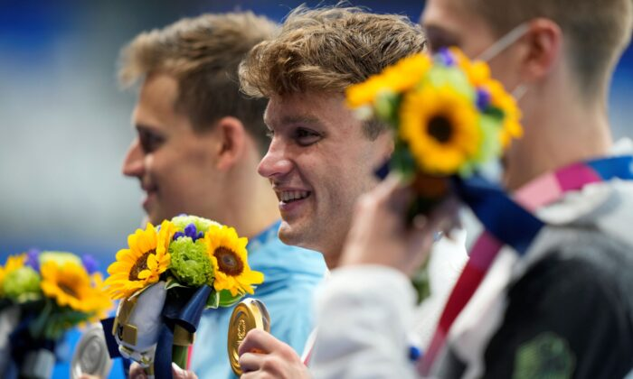 Robert Finke of United States poses after winning the gold medal in a men's 1500-meter freestyle final at the 2020 Summer Olympics, in Tokyo, Japan, on Aug. 1, 2021. (David Goldman/AP)