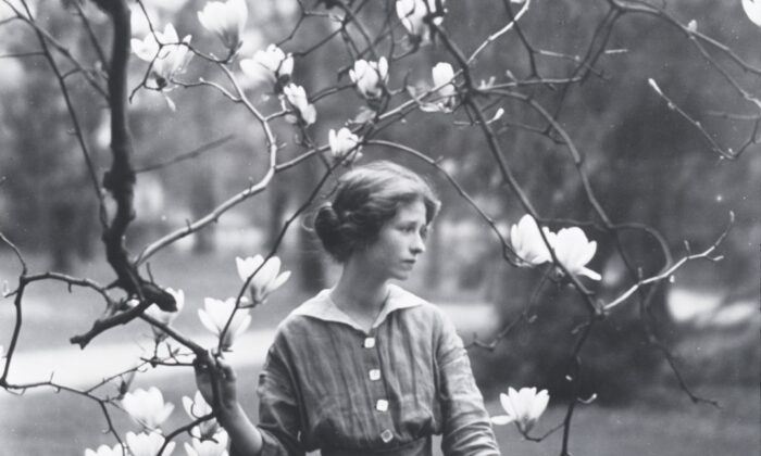 A 1914 photo of Edna St. Vincent Millay in Mamaroneck,N.Y. U.S.Library of Congress'sPrints and Photographs division. (Public Domain)