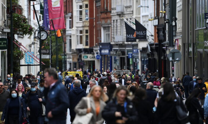 A general view of  crowded street while retail reopens fully as COVID-19 restrictions continue to ease after an extensive lockdown period in Dublin, Ireland, on May 17, 2021. (Clodagh Kilcoyne/Reuters)