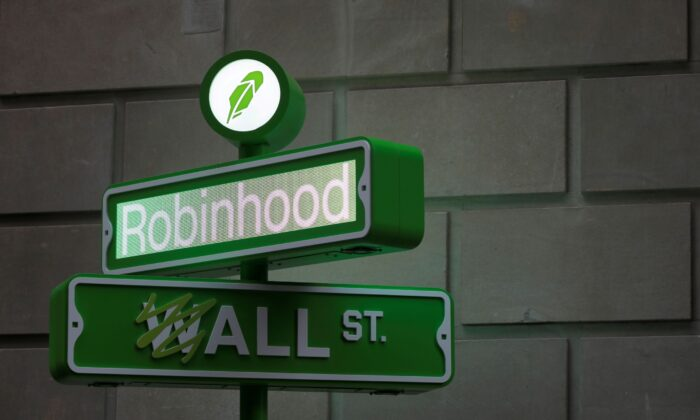The logo of Robinhood Markets, Inc. is seen at a pop-up event on Wall Street after the company's IPO in New York City, on July 29, 2021. (Andrew Kelly/Reuters)