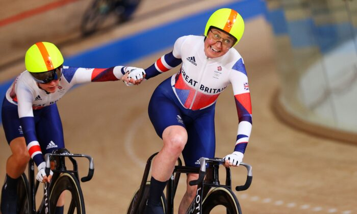 (L-R) Laura Kenny and Katie Archibald of Team Great Britain compete during the Women's Madison final of the track cycling on day fourteen of the Tokyo 2020 Olympic Games at Izu Velodrome in Izu, Japan, on Aug. 06, 2021. (Tim de Waele/Getty Images)