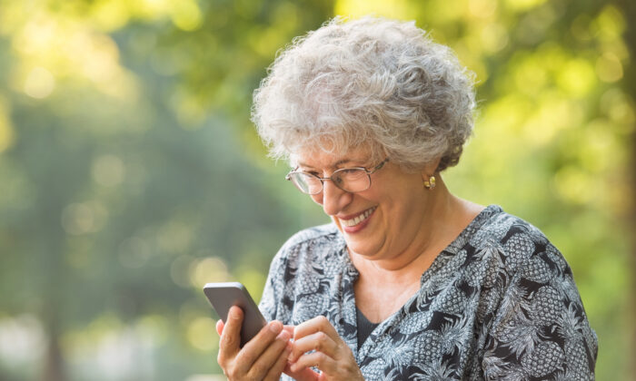 If you have a limited data plan, pick up these habits to stay below your limited data plan cap. (Rido/Shutterstock)