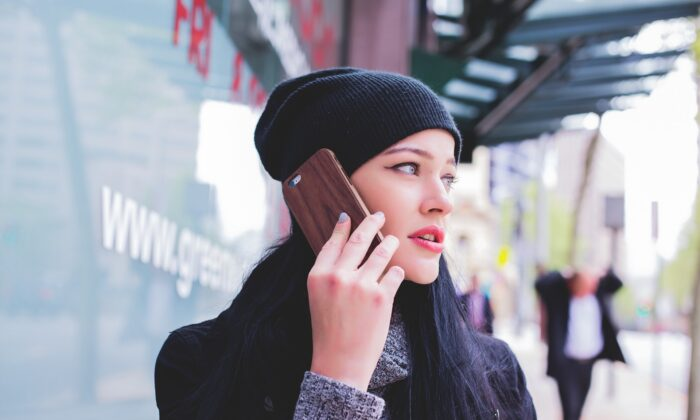 A woman speaks on a mobile phone. (Free-Photos/Pixabay)