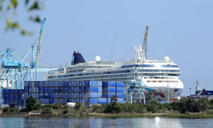 Norwegian Cruise Line's Norwegian Pearl cruise ship is docked at the Port of Jacksonville amid the CCP virus outbreak, in Jacksonville, Florida, on March 27, 2020. (Sam Greenwood/Getty Images)