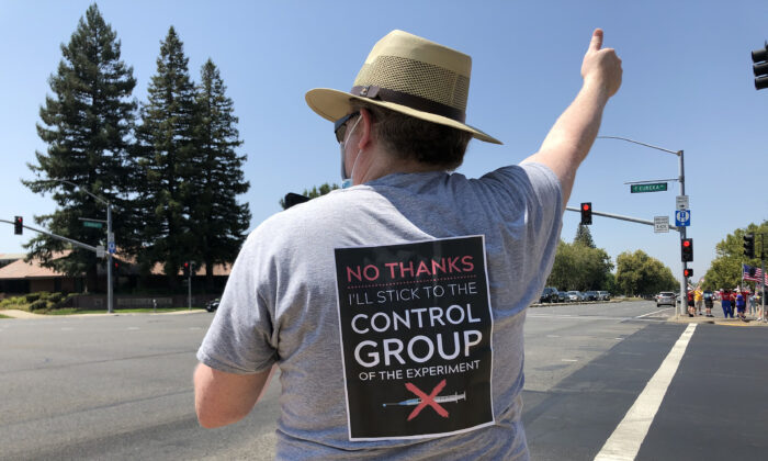 A protester wears a sign protesting vaccine mandates in Roseville, Calif., on Aug. 9, 2021. (Courtesy of Rui Ren)