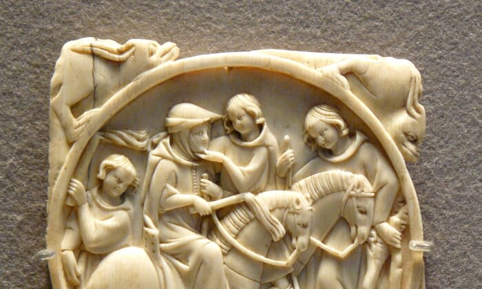 Riding couple. Ivory with carved decoration, Paris, first third of the 14th century. (Siren Com  via Wikimedia Commons/Public Domain)