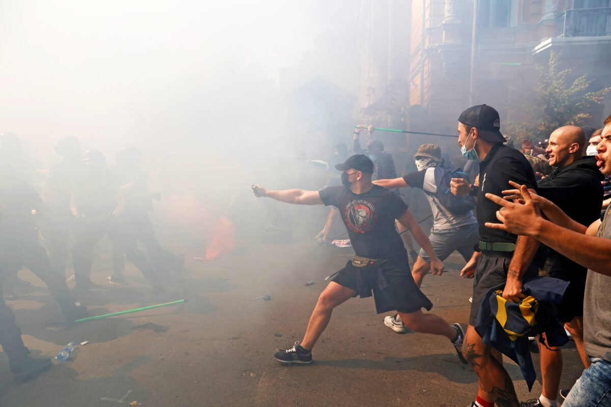 Police clash with protesters near Ukrainian president's office