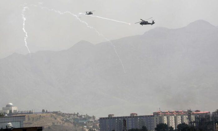 A U.S. Chinook helicopter flies over the city of Kabul, Afghanistan, on Aug. 15, 2021. (Rahmat Gul/AP Photo)