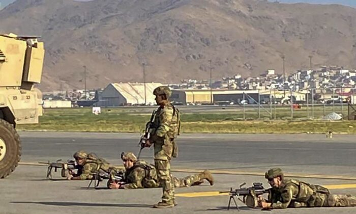 US soldiers take up their positions as they secure the airport in Kabul on Aug. 16, 2021. (Shakib Rahmani/AFP via Getty Images)