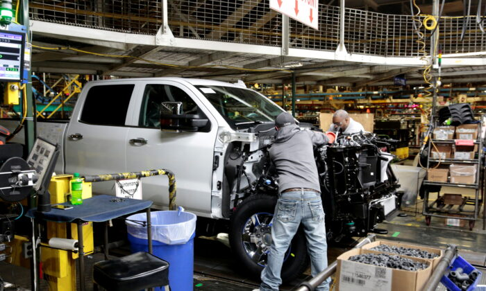 File photo showing General Motors staff working on Chevrolet 2019 heavy-duty pickup trucks at the General Motors Flint Assembly Plant in Flint, Michigan, on Feb. 5, 2019. (Reuters/Rebecca Cook/File Photo)