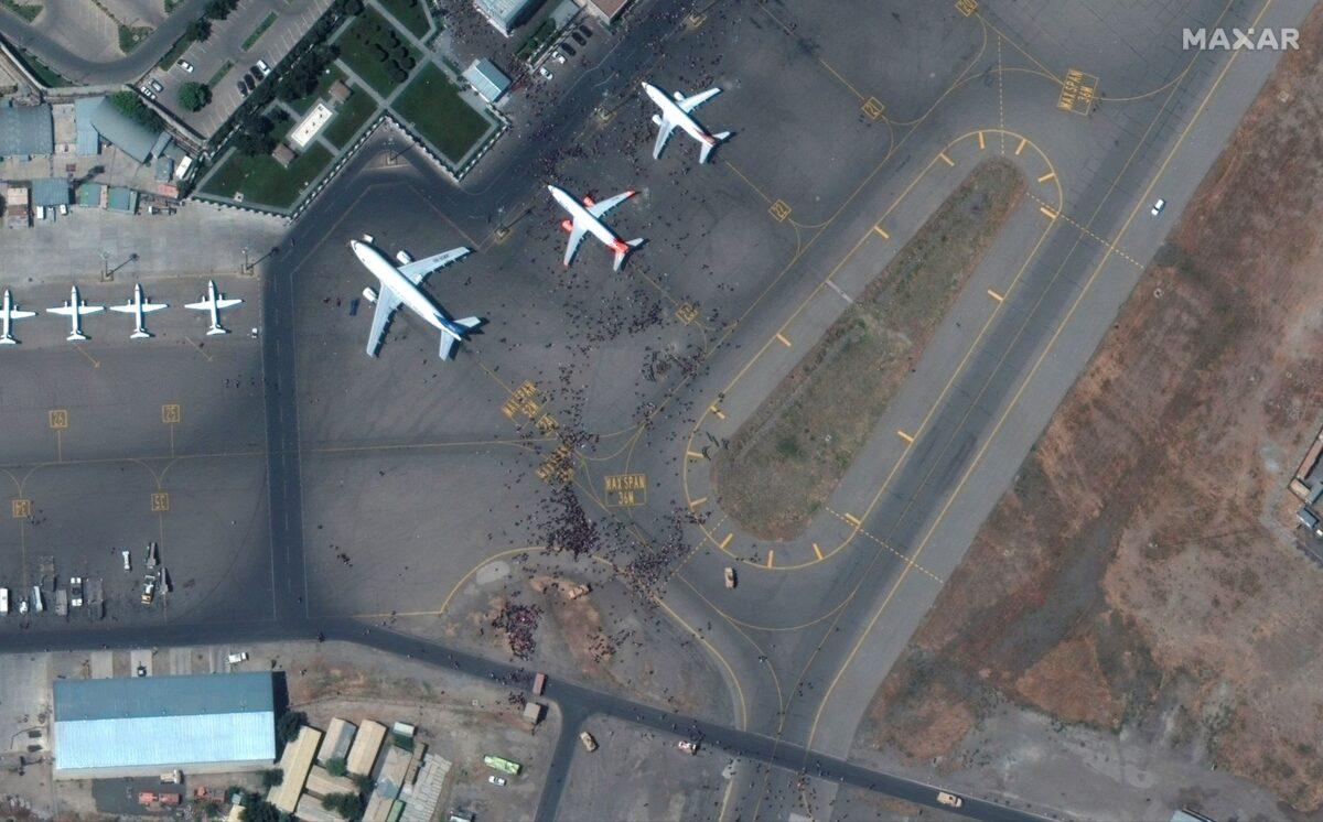 afghan airport crowd