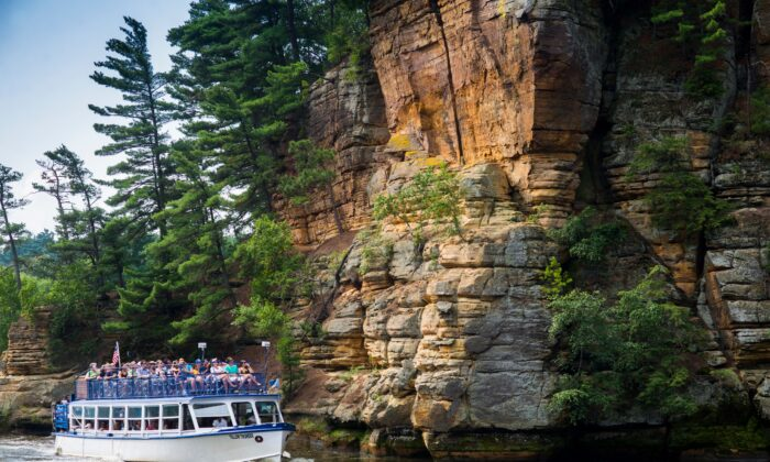 Boat tours explore the beauty of the Wisconsin River and its surroundings. (Courtesy of Wisconsin Dells Visitor & Convention Bureau)