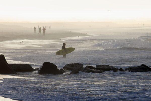 surfers-flock-to-beach