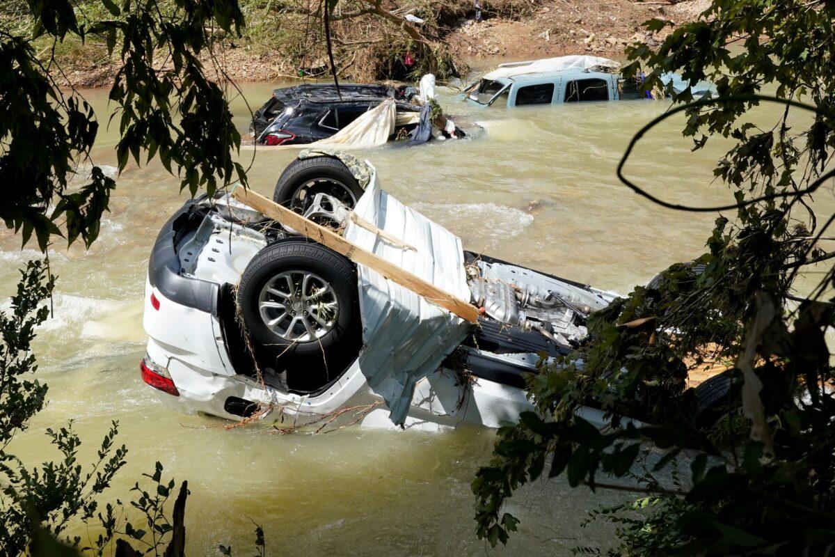 Sobrevivientes lidian con las secuelas de la mortal inundación en Tennessee