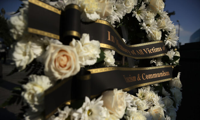 """A wreath is placed during a """"Black Ribbon Day"""" remembrance event at the Victims of Communism Memorial in Washington, DC., on Aug. 23, 2017. (Getty Images/Alex Wong)"""