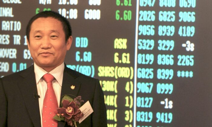 China Zhongwang Holdings Chairman Liu Zhongtian poses for pictures just after traiding had started at the stock exchange  in Hong Kong on May 8, 2009. (Mike Clarke/AFP via Getty Images)