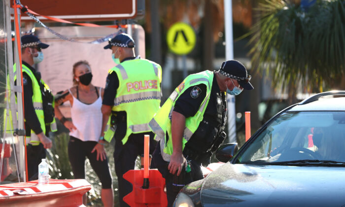 Queensland Police stop cars in Griffith street Coolangatta at the Queensland border in Coolangatta, Australia, on Aug. 25, 2021. (Chris Hyde/Getty Images)