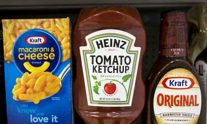 A Heinz Ketchup bottle sits between a box of Kraft macaroni and cheese and a bottle of Kraft Original Barbecue Sauce on a grocery store shelf in New York, on March 25, 2015.  (Brendan McDermid/File Photo/Reuters)