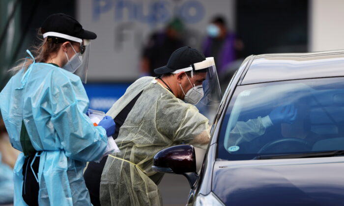 A medical worker administers a COVID-19 test at a testing clinic during a lockdown to curb the spread of a coronavirus disease (COVID-19) outbreak in Auckland, New Zealand, on Aug. 26, 2021. (Fiona Goodall/Reuters)