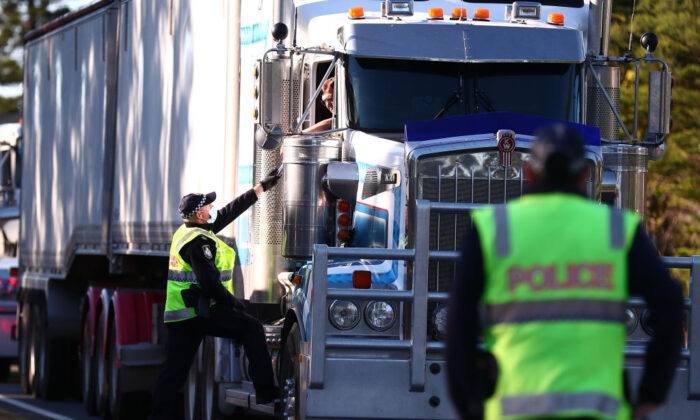 Queensland Police stop trucks at the Queensland border in Coolangatta, Australia, on Aug. 25, 2021 (Chris Hyde/Getty Images)