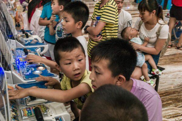 chinese children play games in Chengdu