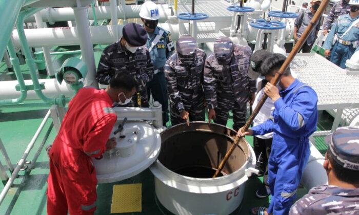 Indonesian Navy personnel inspect MT tanks, which are Panama-flagged tankers.  Zodiac Star was confiscated on September 1, 2021 off the coast of Batam, Riau Islands, Indonesia, on suspicion of carrying more than 4,000 tons of oil without valid permission for illegal activities in the country's waters.  (Courtesy: Indonesian Navy) / Distribution via Reuters)