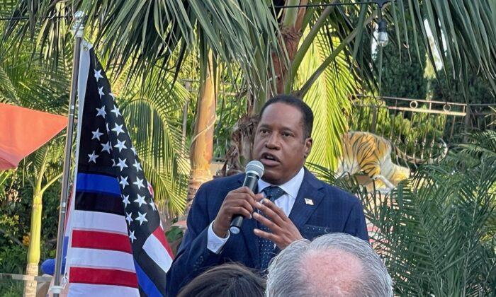 Larry Elder speaking at  a fundraiser in Long Beach, Calif. on Aug. 29, 2021. (Roger Simon/The Epoch Times)
