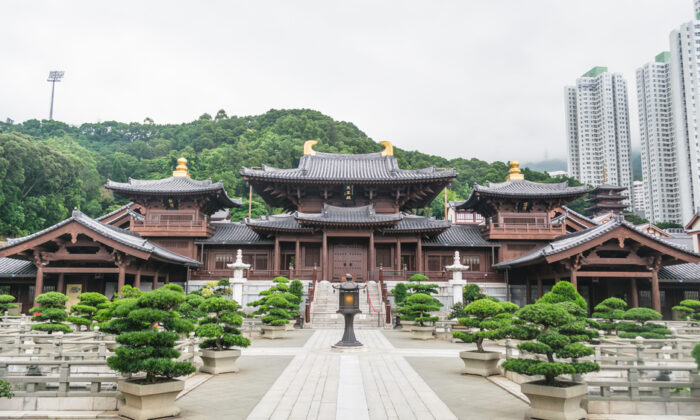 The Hall of the Celestial Kings adopts an architectural layout from the Tang Dynasty, with one central hall balanced by a drum tower and bell tower, one on either side. These two side pavilions reach forward as if arms outstretched to welcome guests. (sharppy/Shutterstock)