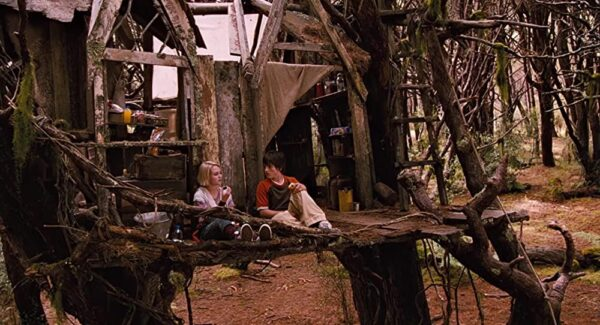 Best friends Jesse Aarons (Josh Hutcherson) and Leslie Burke (AnnaSophia Robb) build a fort in the woods.