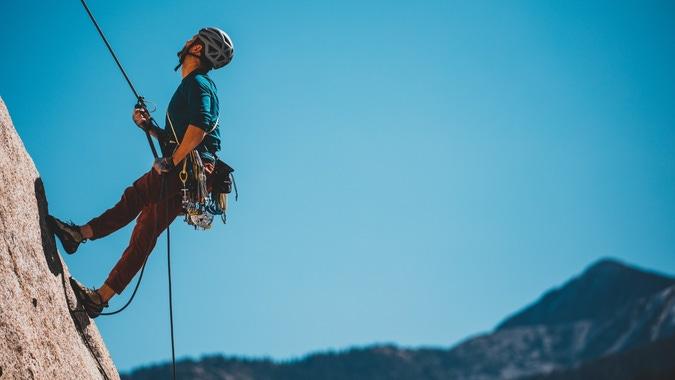 A man climbing. (Patrick Hendry vía Unsplash)