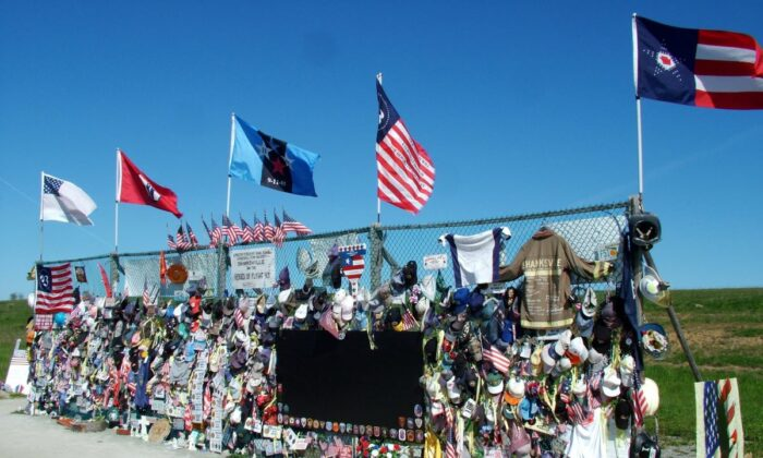 """Before the Flight 93 National Memorial was built, busloads of people stopped at this fence near the crash site in Shanksville, Pennsylvania to grieve. (Chuck Wagner/""""Reflections from the Temporary Memorial"""")"""