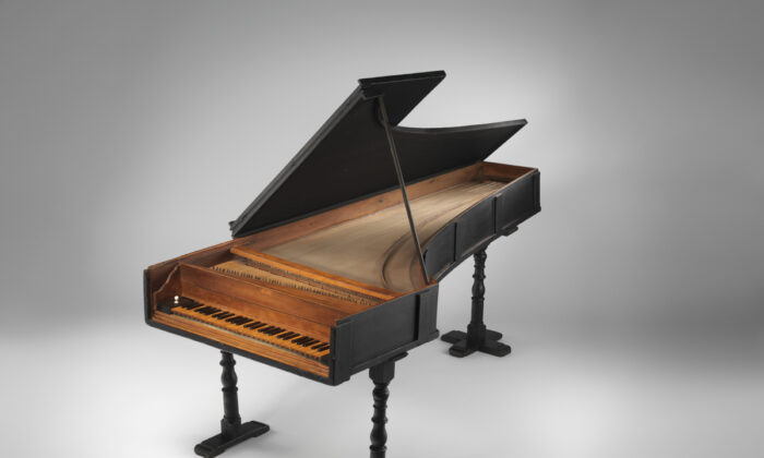 The oldest extant piano, built by Bartolomeo Cristofori, in 1720. The Crosby Brown Collection of Musical Instruments, 1889. Metropolitan Museum of Art. (Public Domain)