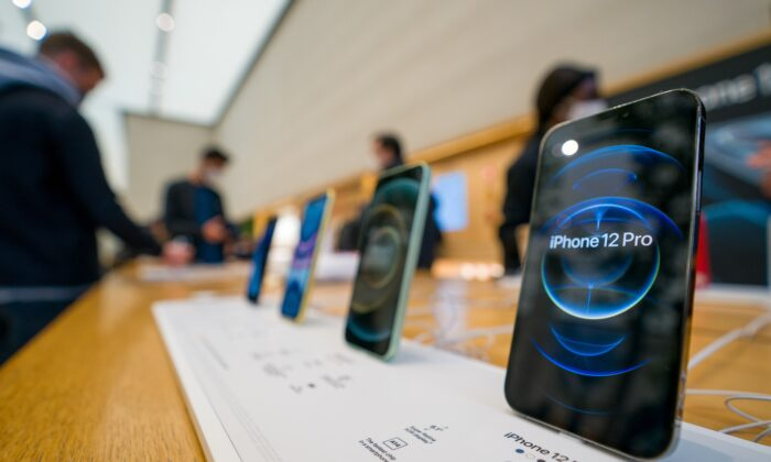The new iPhone 12 and iPhone 12 Pro on display during launch day in London, England, on Oct. 23, 2020. (Ming Yeung/Getty Images)